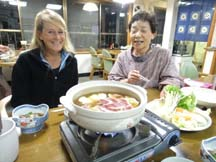 Proprieter of Kawarabi-so shows us how to cook the hot pot